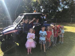 Die Polizei ist in der Schule zu Besuch