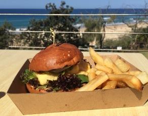 Mittagessen im Surfclub am Sunshine Beach