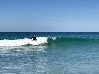 Nein ich sitze nicht im Wasser, ich stehe auf einem Surfbrett! :o))