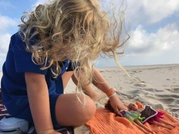 Vor der Schule am Strand spielen ... was braucht man mehr zum glücklich sein.
